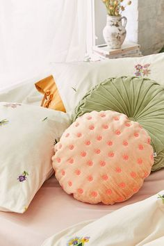 Find everything you need for your bed at UO. Shop duvet covers, quilts, comforters and bedding sets in floral, boho & tie dye patterns! Velvet Quilt, Velvet Pillows, Bed Pillows, Ruffle Duvet, Linen Duvet, Quilted Throw Blanket, Finding A House, Ditsy, Eclectic Decor