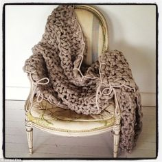 Oatmeal throw with taupe trim over chair: textural chunky knitting Vogue Knitting, Arm Knitting, New York City Images, Formation Photo, Extreme Knitting, Australian Fashion Designers, Big Knits, How To Purl Knit, Cotton Rope
