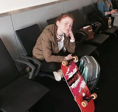 Sadie Sink posing at the airport with her own skateboard from Stranger Things The Americans, Bobby Brown Stranger Things, Stranger Things Season, Blue Bloods, Allergic To Cats, Don T Lie, Sadie Sink, Millie Bobby Brown, Mad Max