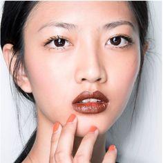 Kırmızı kadar marjinal olmasa da kahverengi ruj da çarpıcı, seksi, kullanışlı ve ideal bir renk olarak tercih ediliyor. Gündüz makyajınız ile de rahatlıkla kullanabilirsiniz. Üstelik sadece eyeliner ve maskarayla bile dikkati dudaklarınıza yöneltmenizi sağlar!    #HandeHaluk #ulus #zorlu #zorluavm #zorlucenter #makeup #makeuplook #makeuplover #lips #beauty #inspiration #HandeHalukAveda #HandeHalukZorlu #HandeHalukUlus