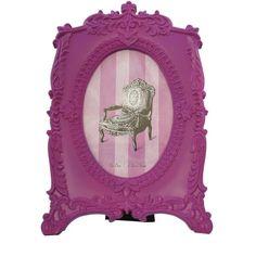 O porta retrato Rococó é lindo para colocar uma foto das amigas, namorado, bichinho, entre outras. Este porta retrato possui um contraste entre a forma e a cor, o trabalho todo delicado na moldura contrasta com a cor forte. Deixe seu quarto mais alegre e cheio de personalidade. R$39.00