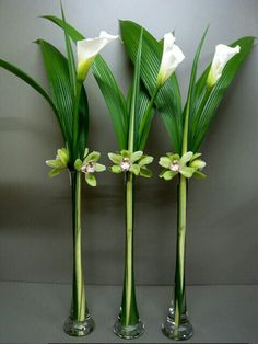 Modern arrangement with impact using Eiffel Tower vases Ikebana: Arte floral Japonés
