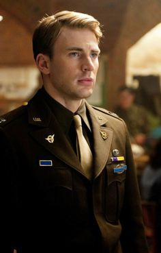 Still of Steve Rogers, portrayed by Chris Evans, on the set of Captain America: The First Avenger I love him. he's so sweet. Capitan America Chris Evans, Chris Evans Captain America, Steve Rogers, Marvel Dc Comics, Marvel Avengers, Bucky And Steve, Robert Evans, Stucky, Bucky Barnes