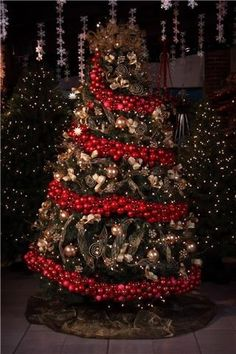 Yule style!! Noel Christmas Winter Solstice! Gorgeous Christmas Holiday tree! LOOK closely at the huge red ornament garland around the whole tree!!
