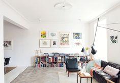 Bogkasser, billeder på væg, lampen og fletstolen