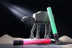 Diese Lichtschwerter sind im Handumdrehen aus Partylichtern gebastelt. Jedi-Ritter, auf in den Laserschwert-Kampf! • Umsetzung & Foto: Thordis Rüggeberg Star Wars, Jedi, Laserschwert,  DIY, Basteln mit Kindern