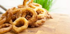 Amerikanische Onion Rings Rezept (50 ml Bier, 50 ml Sahne, 2 Eier, 200 g Mehl, 1 TL Backpulver, 500 ml Öl zum frittieren, 1 TL Salz, 3 Zwiebel)