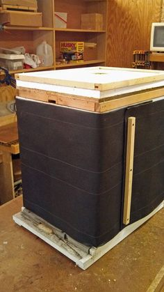 If you& not sure how to wrap a bee hive, experienced hive wrapper Jim Withers of Michigan describes a simple and inexpensive method, including photos. Kalter Winter, Honey Bee Hives, Honey Bees, Bee Hive Plans, Beekeeping For Beginners, Raising Bees, Bee Boxes, Backyard Beekeeping, Worm Composting