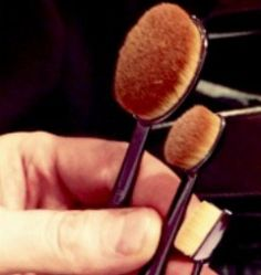 Esqueçam os tradicionais pincéis de maquiagem! A Mac lançou uma novidade que promete nos enlouquecer...