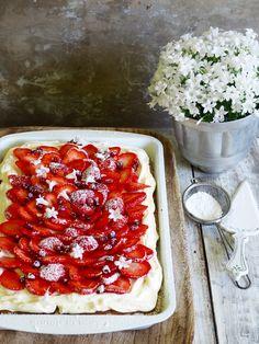 langpannekake med jordbær Norwegian Food, Norwegian Recipes, Let Them Eat Cake, Bruschetta, No Bake Cake, Nom Nom, Cake Recipes, Baking, Snacks