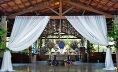 Home wedding: estilo mescla elementos simples para compor uma decoração de casamento charmosa. Confiras fotos inspirados com louças de família, sofás aconchegantes e até bicicletas!
