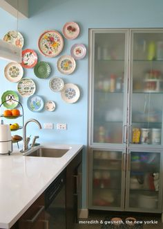 Kitchen with white countertops and plate wall decor Plate Wall Decor, Plates On Wall, Hanging Plates, New Kitchen, Kitchen Decor, Kitchen Walls, Kitchen Art, Kitchen Storage, Kitchen Dining