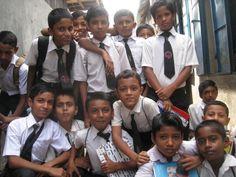 Hi5 unterstützt eine Schule in Bangladesh - Helfen Sie mit! ~~~~   Wir haben mit unserer Firma Hi5 die Patenschaft für eine kleine Schule in einem Slum der Hauptstadt Dhaka in Bangladesch übernommen. Mit unserem Engangement finanzieren wir mehr als 120 Kindern den Schulbesuch und ein tägliches warmes Essen. Über die Kooperation mit den German Doctors wird darüber hinaus für die medizinische Versorgung der Kinder gesorgt. Mit jedem Kauf von Hi5 Schulkleidung unterstützen auch Sie dieses…