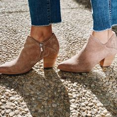 Decorative edge for Western sensibility. Shop these Frye Reed Scallop Pointed Toe Pumps now! 📷: @micquelles.must.haves