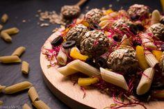 TUŃCZYKOWA PASTA. Sałatka z makaronem, kiełkami buraka, papryką, oliwkami i kulami tuńczykowo-serowymi.