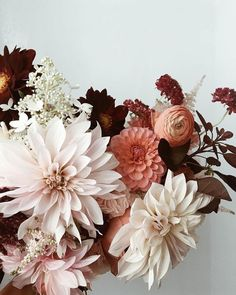 The perfect fall floral arrangement. The perfect fall floral arrangement. The post The perfect fall floral arrangement. appeared first on Easy flowers. Fall Wedding Bouquets, Flower Bouquet Wedding, Dahlia Bouquet, Flower Bouquets, Bridal Bouquets, Purple Bouquets, Bridesmaid Bouquets, Fall Bouquets, Brooch Bouquets