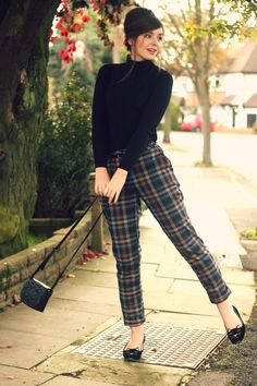 Tartan Outfits for women. Tartan dresses are a classical favourite for all women and their fabrics, colours and patterns are absolutely beautiful. So we have collected the 18 best ways of wearing tartan outfits. Look Fashion, Trendy Fashion, Autumn Fashion, Womens Fashion, Fashion Trends, Fashion Ideas, Trendy Style, Modern 60s Fashion, Sixties Fashion