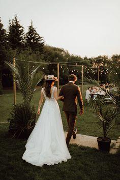 Bohemian backyard micro wedding planned in just five weeks - 100 Layer Cake Bohemian Wedding Reception, Small Intimate Wedding, Intimate Weddings, Real Weddings, Cottage Wedding, Yard Wedding, Comic Book Wedding, Save The Date Karten, April Wedding
