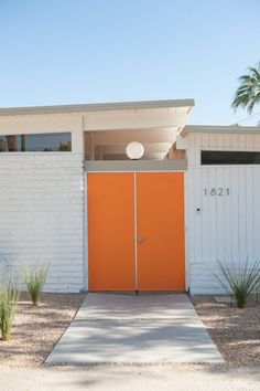 Design Inspiration From a Palm Springs Desert Chic Boutique Hotel, The Amado — House Tour Best House Colors Exterior, Modern Exterior, Exterior Design, Orange Front Doors, Orange Door, Palm Springs Häuser, Mid Century Exterior, Desert Homes, Xeriscaping