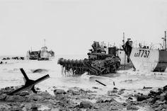 Een Flail-Shermantank van de 79th Armoured Division rijdt aan land door het dijkgat bij Westkapelle en door de straten