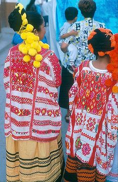 Beautiful Huipiles Mexico | Members of a dance group await t… | Flickr