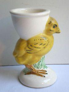 RARE-Poussin-sur-terrasse-portant-un-coquetier-sur-le-dos-ceramique-signee-B29