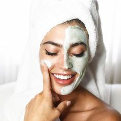 Mitesser entfernen: Diese Hausmittel helfen sofort!   ELLE Pure Clay Mask, Clay Masks, Cellulite, Loreal Mask, Marie Claire, Towel Series, Skin Detox, Peeling, Skin Tips