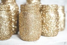 More glitter! Have you made gold glitter mason jars? Check out my DIY glitter tutorial to make your own gold glitter jars! I made these gol Mason Jar Crafts, Mason Jar Diy, Gold Glitter Mason Jar, Gold Glitter Wedding, Sparkly Mason Jars, Golden Glitter, White Glitter, Golden Birthday, Mason Jar Centerpieces