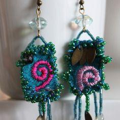 Boucles d'oreilles, textiles, perles de rocaille, perles larme de verre, tissu brodé, petit pedant en bronze, perle en verre tchèque