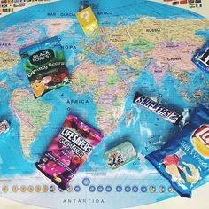 Sempre que viajo compro várias guloseimas diferentes pra trazer pra casa. Qual guloseima tem espaço garantido na sua mala? || @ursulacoelho ||Whenever I travel I bring goodies home. Which delicacy has guaranteed space in your suitcase? - Lays - world map - Disney - USA - candys - snickers - gummy bear - Musketeers - m&ms - Super Mario Bros - Gummies - photo - travel blog - blog de viagem - dicas de viagem