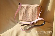 Seagrass tessitura Thai (Giacinto d'acqua) croce corpo borsa handmade cinturino rosa borsa di paglia di LakeofLife su Etsy https://www.etsy.com/it/listing/522034603/seagrass-tessitura-thai-giacinto-dacqua