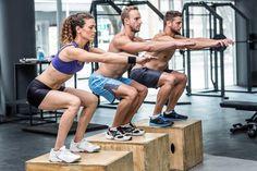 foto de uma mulher e dois homens realizando exercícios de musculação em uma academia
