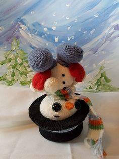 Oppskrift til hvordan du strikker den lille snømannen Frosty. Lett å strikke med…