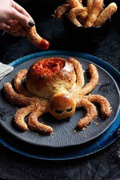 idée pour un plat halloween présenté de façon originale, un bol de trempette en forme d'araignée