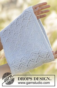 Knitted neck warmer with lace pattern in DROPS Air. Free pattern by DROPS Design. Snood Knitting Pattern, Knitting Machine Patterns, Lace Knitting, All Free Knitting, Magazine Drops, Drops Design, Quick Knits, Knitting Accessories, Knitted Gloves