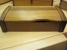 A Peter Lloyd box in brown oak Wood Projects, Woodworking Projects, Wood Box Design, Custom Wooden Boxes, Box Maker, Tree Furniture, Woodworking Inspiration, Trunks And Chests, Small Boxes