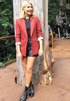 Holly Willoughby high street clothes: In the jungle, Holly looked incredible in her Gap shorts. Holly Willoughby Legs, Holly Willoughby Outfits, Casual Outfits, Fashion Outfits, Womens Fashion, Fashion Trends, Work Fashion, Fashion Fashion, Runway Fashion