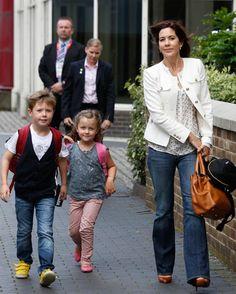 La princesa Mary de Dinamarca con sus hijos Christian e Isabella #royals #royalty #denmark