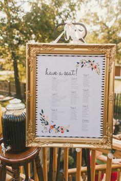exemple de plan de table a imprimer simple et esthétique, liste dans un cadre doré pour un mariage en plein air