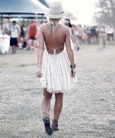 Kleinen Frauen stehen kurze Boho-Kleider perfekt