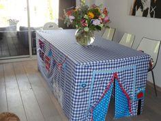 Een tafeltent voor Astrid   Voorbeeld tafeltenten   grietjesenpietjes Diy Play Kitchen, Toy Kitchen, Sewing For Kids, Diy For Kids, Table Tents, Baby Co, Pallet Crafts, Kid Table, Diy Toys
