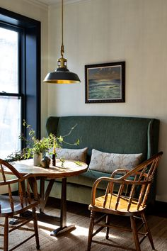 Brooklyn Residence Designed by Benjamin Vandiver # This Brand-New Brooklyn Townh. - Brooklyn Residence Designed by Benjamin Vandiver # This Brand-New Brooklyn Townhouse Was Disguised t - Dining Room Banquette, Banquette Seating, Couch Dining Table, Settee Dining, Dining Area, Corner Dining Table, Eclectic Dining Chairs, Dining Room Bench Seating, Luxury Dining Tables