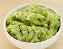 Tout le monde adore l'avocat, alors pour l'apéro, préparez un guacamole. Un dip parfait pour des légumes croquants ou des chips de maïs.