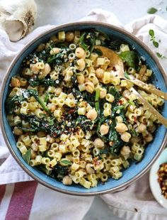 20 MINUTE SPICY GARLIC SPINACH PASTA WITH CHICKPEAS