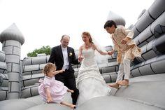 Familien-Hochzeitsfoto in Hüpfburg | Corinna und Andreas - Angela Pfeiffer