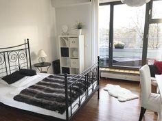 Schickt Eingerichtetes Schlafzimmer Mit Schwarz Weißen Möbeln. #Schlafzimmer  #Einrichtung #Einrichtungsidee #
