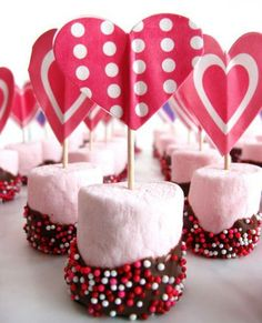 Easy DIY Marshmallow Valentine Treats, Cupid's Arrow Valentine's Day Food Ideas www. Valentines Day Food, Valentines Gifts For Boyfriend, Valentine Treats, Valentine Day Crafts, Holiday Crafts, Homemade Valentines, Valentine Desserts, Valentinstag Party, Chocolate Dipped Marshmallows