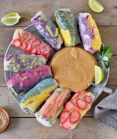 Vegan summer rolls - a healthy and gluten free recipe. These rice paper rolls are often called spring rolls. They are filled with glass noodles and veggies Vegan Finger Foods, Vegan Foods, Dessert Sushi, Blueberry Oat Bars, Gluten Free Recipes, Vegan Recipes, Vegan Spring Rolls, Rainbow Roll, Smoothie Vert