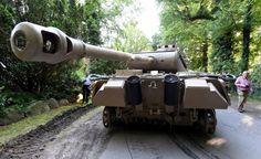 Die Bergung war spektakulär, als die Staatsanwaltschaft Kiel im Juli einen Weltkriegspanzer aus dem Keller eines Kunstsammlers in Heikendorf (Kreis Plön) bei Kiel bergen ließ. Jetzt weiten sich die…