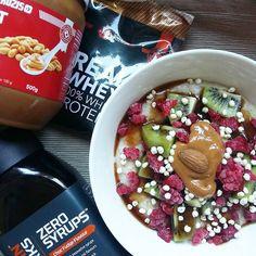 All my favourites for breakfast  papas de aveia com proteina fruta syrup de chocolate e manteiga de amendoim @mws.pt   #latepost #womenshealth #womenshealthportugal #eusouwh #desafiodiasfit #missfitteam #porridge #oatmeal #proats #breakfast #prozisrecipes  #nudespice #fitmom ( # @anasofia.insta )